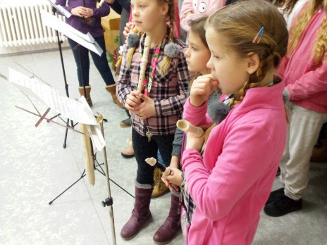 Žáci z 5. B a kroužek fléten v domově důchodců