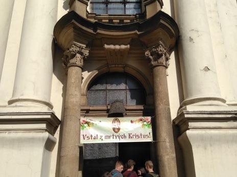 u vstupu do kostela, kde se 3 z parašutistů bránili střelbou na kúru