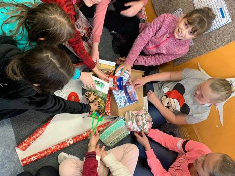 Děti darují dětem