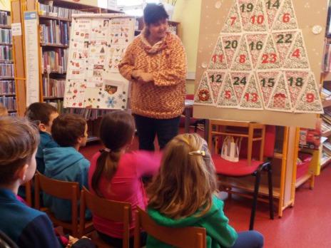 Družinka ve vánoční knihovně